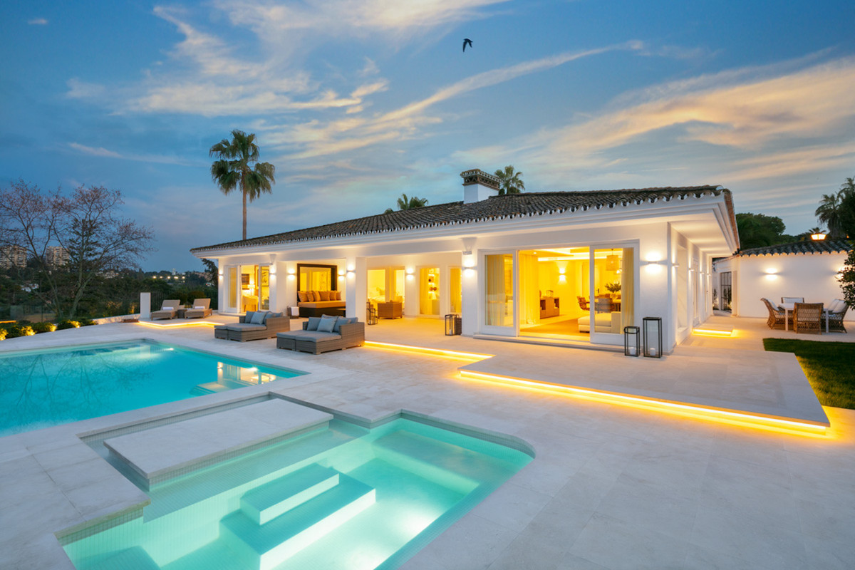 Front line golf villa with stunning Las Brisas Golf and La Concha mountain views. Located on a cul-d,Spain