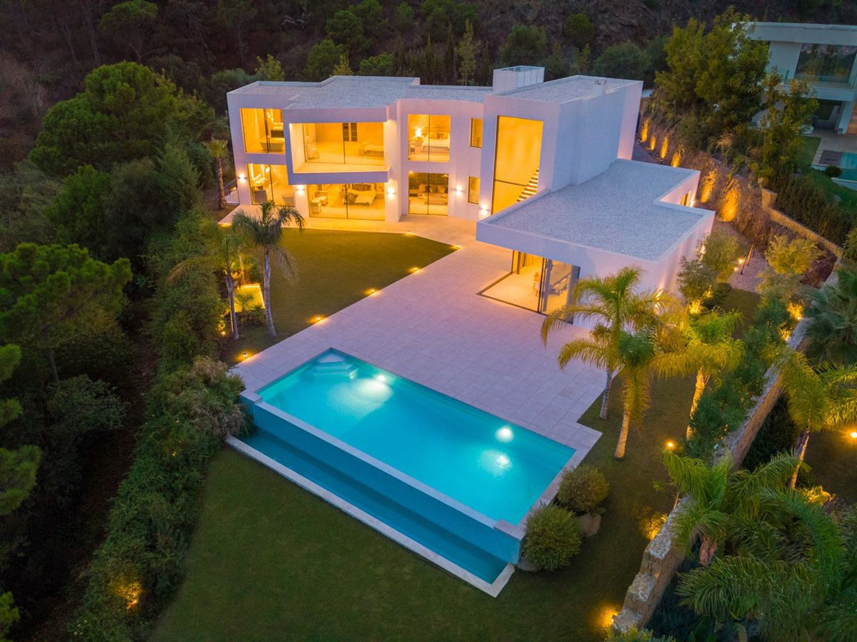 Spectacular house situated in the cozy hillside of El Madronal. The house benefits from its elevated,Spain