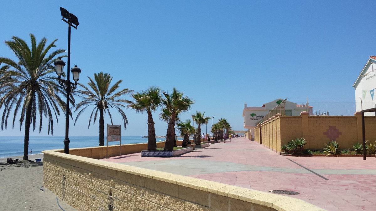 Situated in a tranquil, residential part of Sabinillas just a stones throw away from the beach, this, Spain