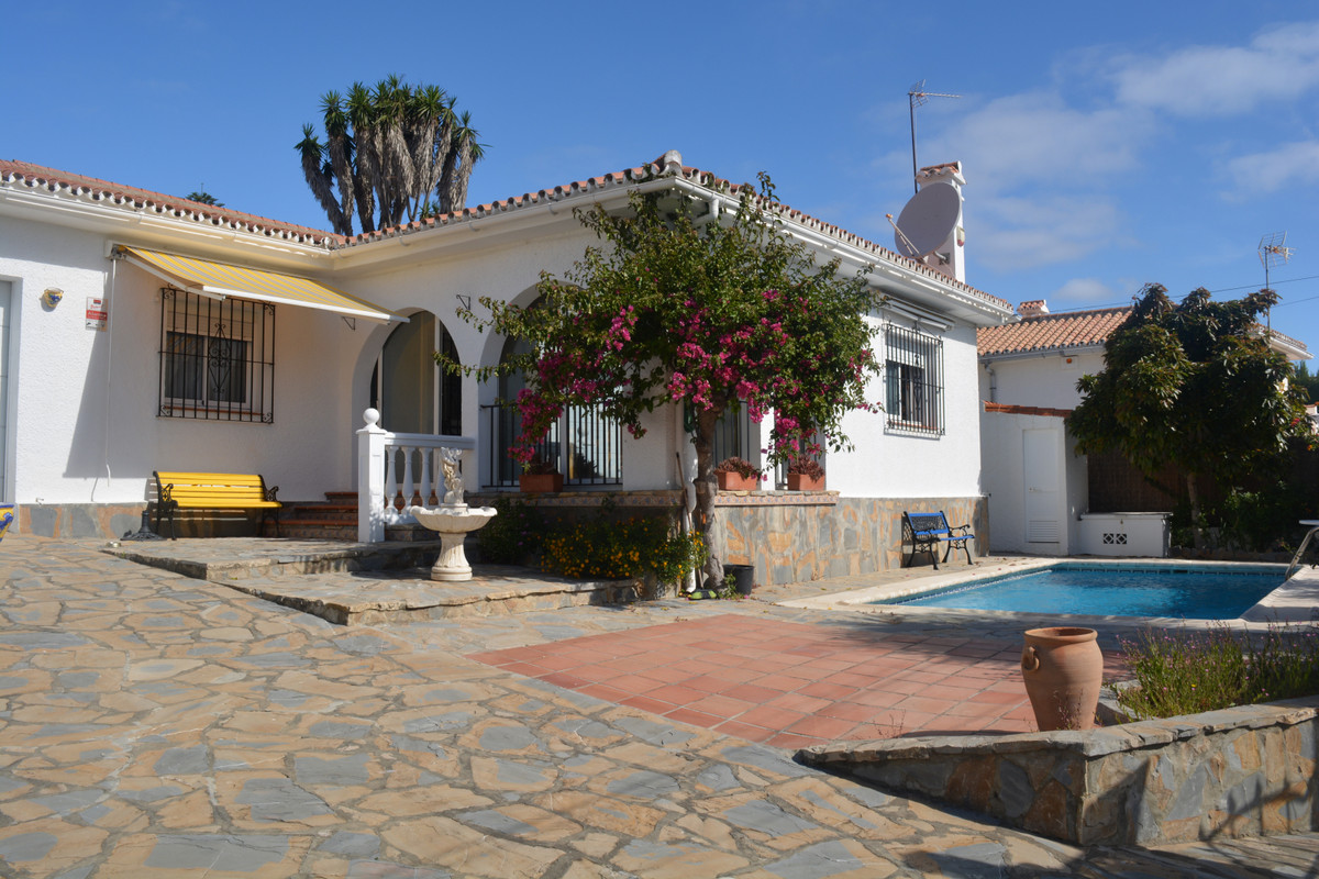 Located in the well established urbanization of Jardin Tropical, this detached villa is just a short,Spain