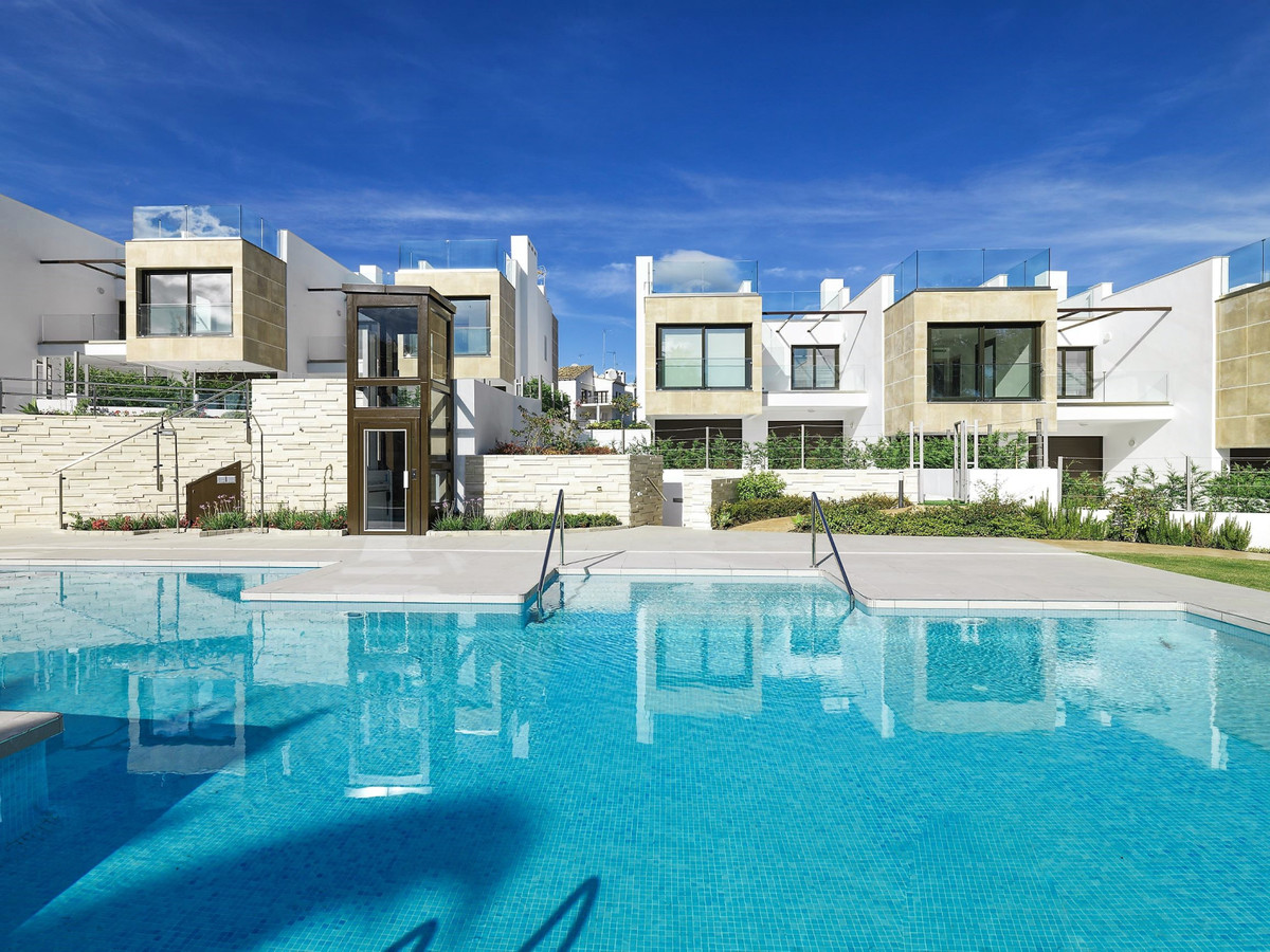 3 bedroom  Modern New development townhouses in walking distance to Aloha Golf  and Las Brisas Golf , Spain