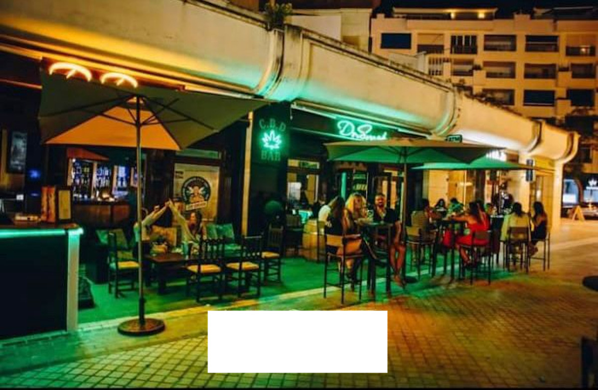 Bar, Puerto Banus, Costa del Sol. Traspaso € 65,000 Rent 2500 € /  iva incluida Contrato 5 years + o,Spain