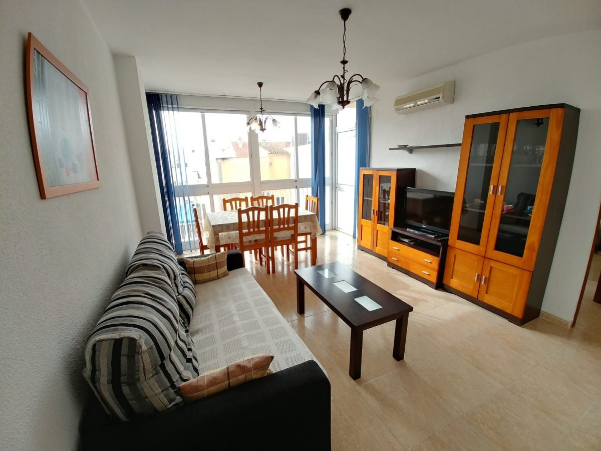 Apartment on the beach front, with rear views to a pedestrian street. It is semireformado, consists ,Spain
