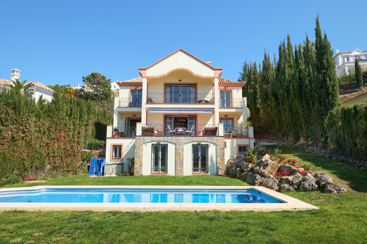 Nicely located, cozy villa in a cul-de-sac and gated community. Quiet and private. Built in 2005. We,Spain