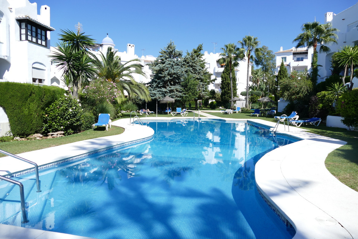 Charming studio apartment situated on a very popular development in lower Calahonda.  Just seconds f, Spain