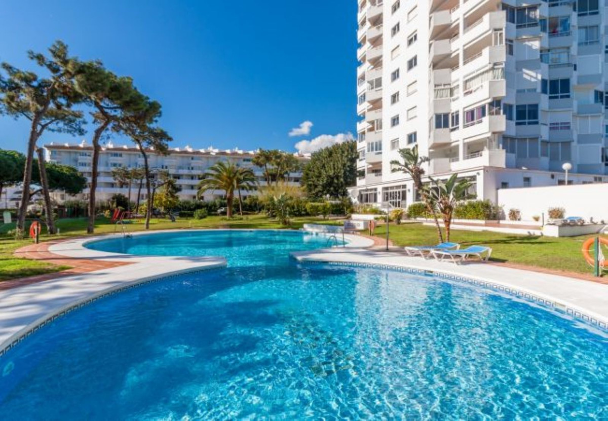 Perfectly positioned studio apartment situated in a popular beachside gated complex in Calahonda.  T, Spain