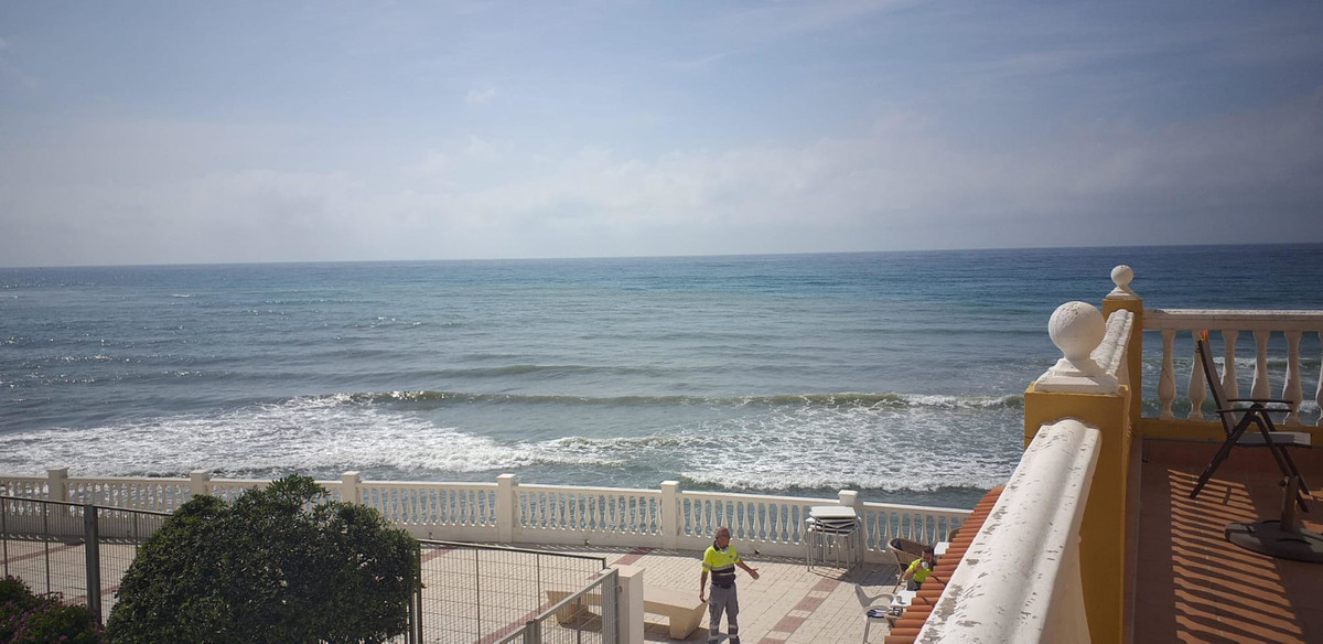 LOCATION, LOCATION, LOCATION! ABSOLUTE FRONT LINE, spacious first floor studio apartment Direct acce,Spain