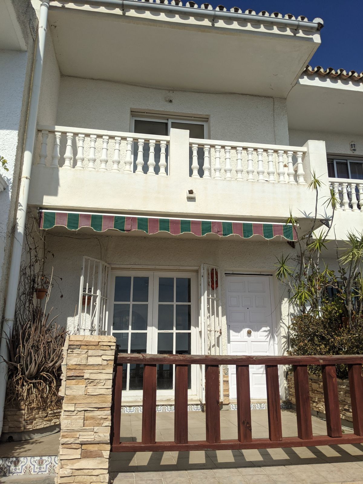 Fantastic opportunity for renovation. 2 bed townhouse with panoramic views to the coast. Situated on,Spain