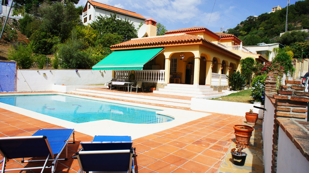 A well presented 3 bedroom detached villa with private pool located in a prestigious urbanisation cl, Spain