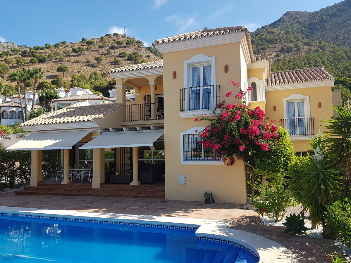 A beautifully presented 3 bedroom, 3.5 bathroom detached villa within the prestigious, sought after ,Spain