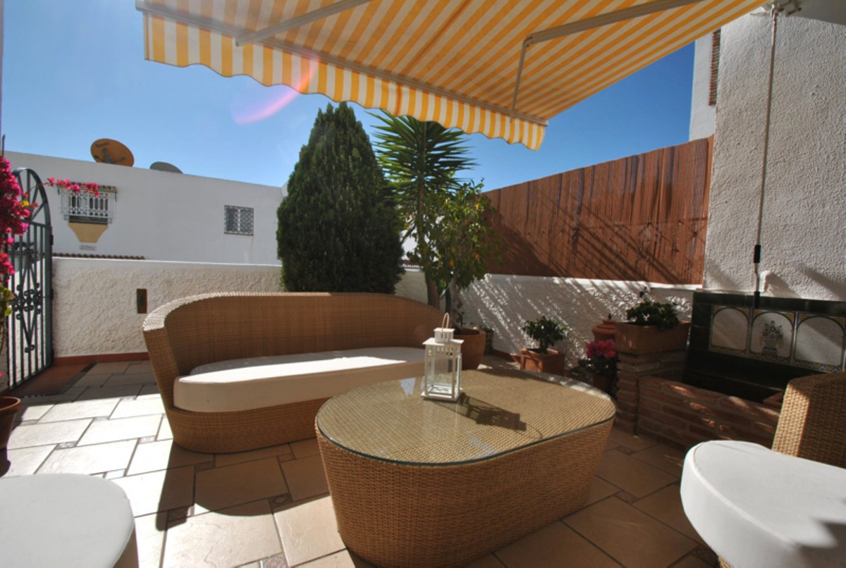 A well presented 2 bed townhouse is in the Benalvista complex which is a very well known, traditiona,Spain