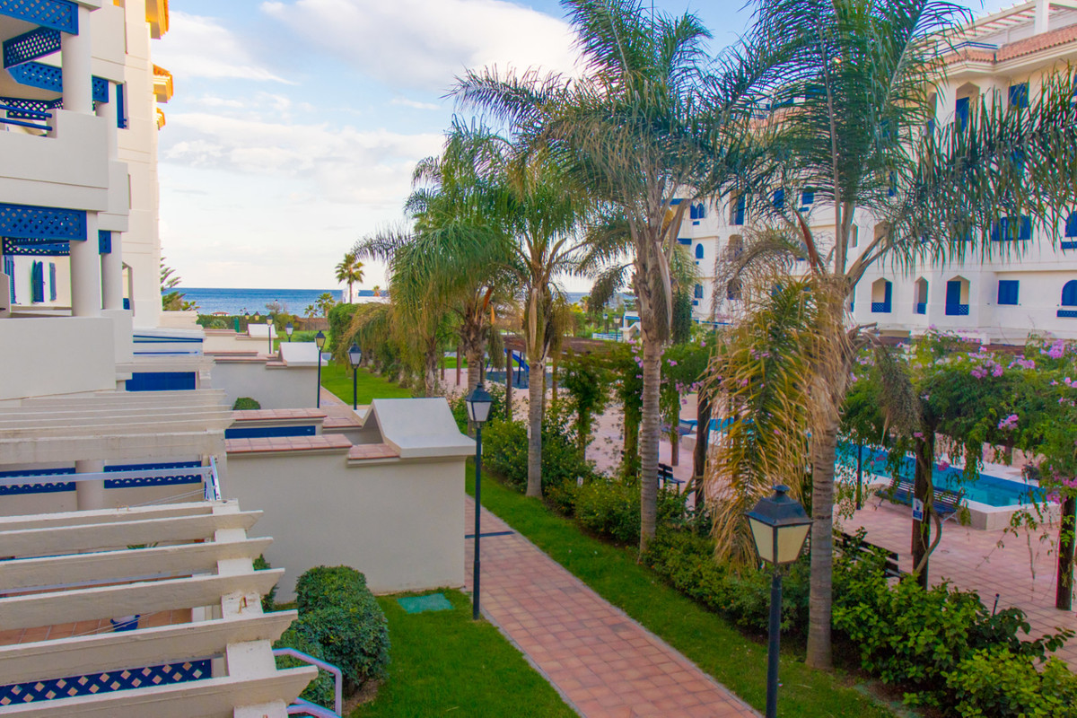 Frontline beach: Beautiful 1-bedroom apartment with terrace and lovely sea views in the prestigious ,Spain