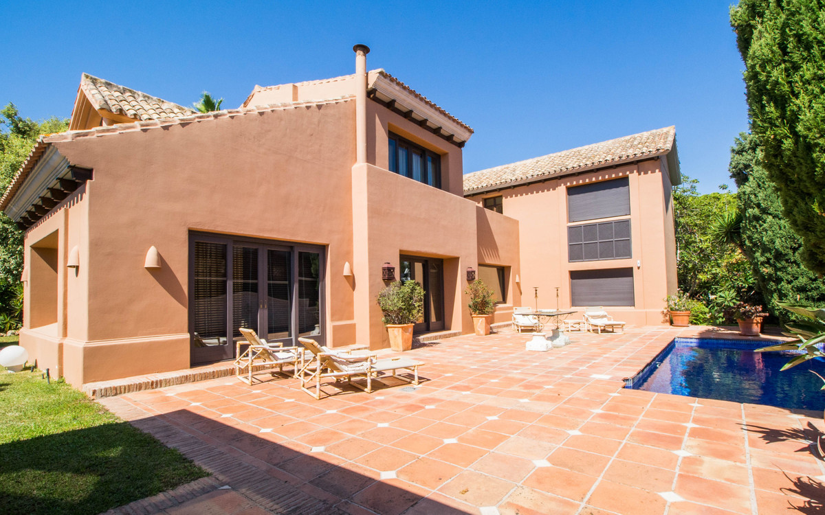 Beautiful house for sale. Plot with lush gardens, a pool, amazing patios and lots of privacy. As you, Spain