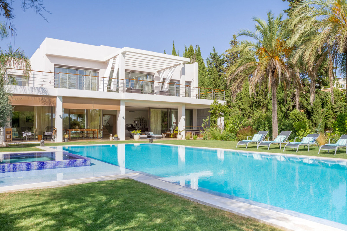 Stunning family home in Parcelas del Golf, a well established residential area of Nueva Andalucia, w Spain