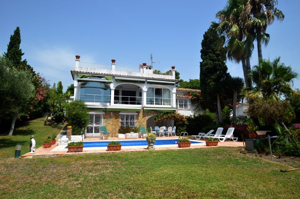 Golfers paradise!!! This fantastic Villa with 1300 square meters plot, is located in the heart of Gu, Spain