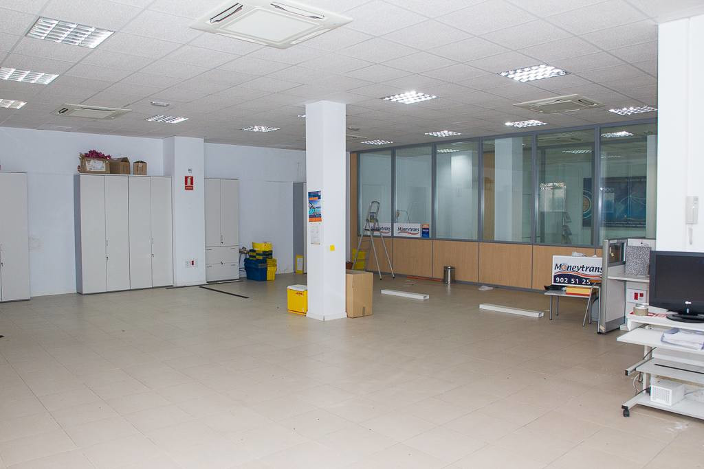 Spacious commercial premises with more than 400 square meters, located near the Maria Zambrano train, Spain