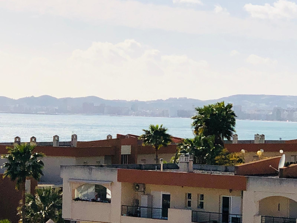 Beautiful and well-kept apartment of 92 m² in, with a 17 m2 open terrace with side sea views, locate,Spain