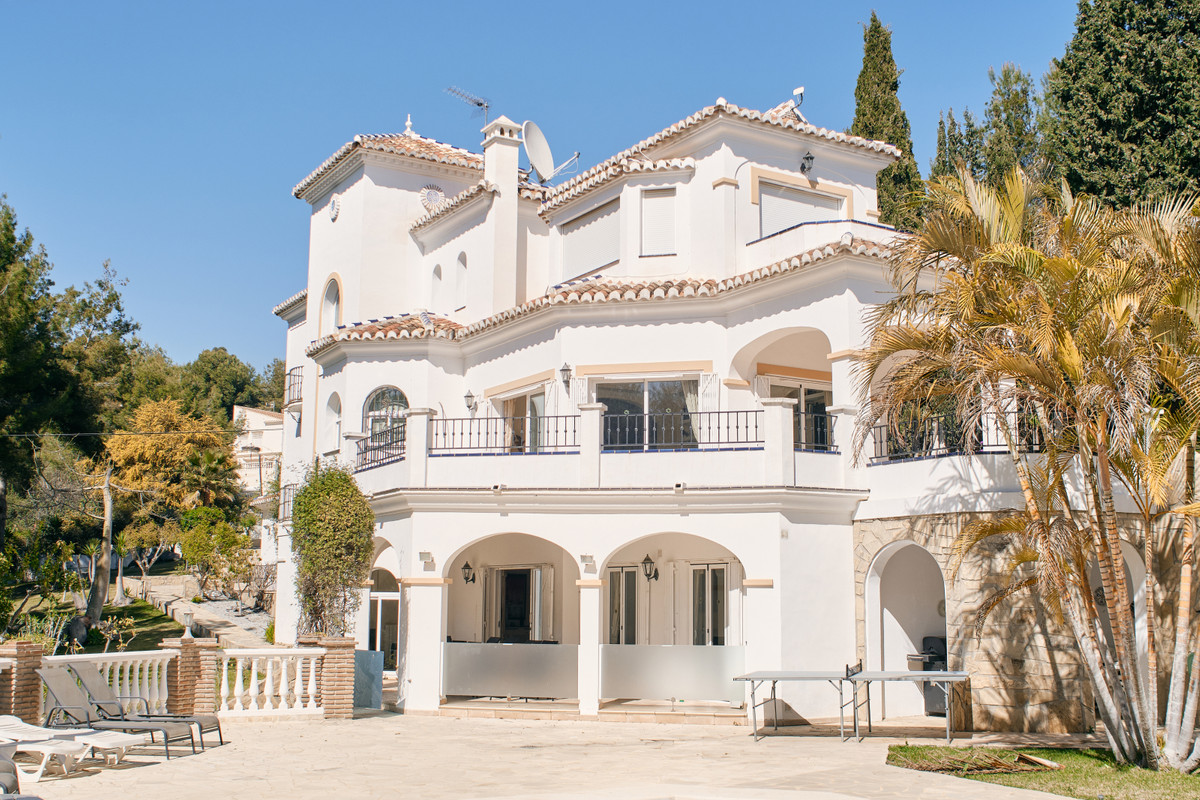For sale we have this magnificent, private villa set within the Cortijo San Rafael urbanisation. Thi,Spain