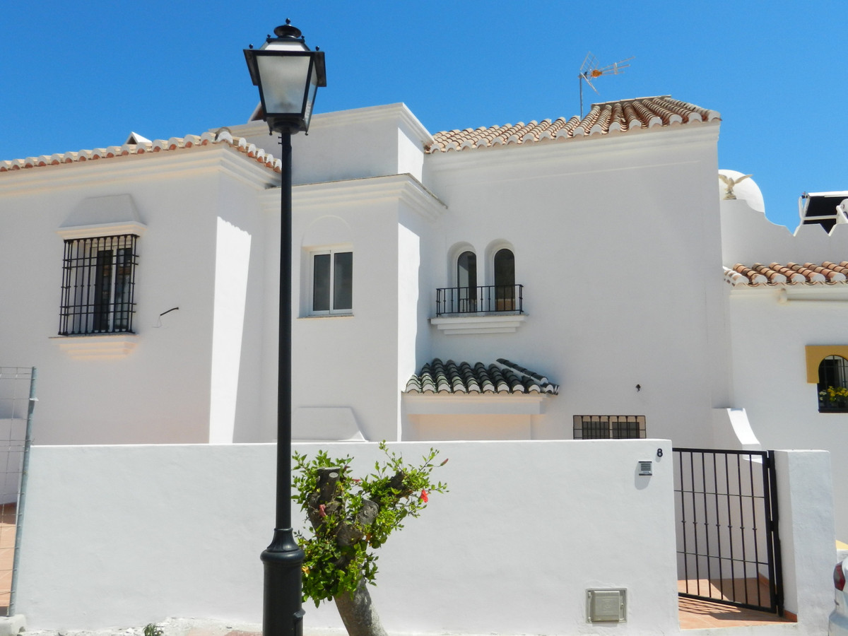 A spacious 3 bedroom, 2 bathroom spacious semi-detached townhouse with sea & mountain views in M, Spain