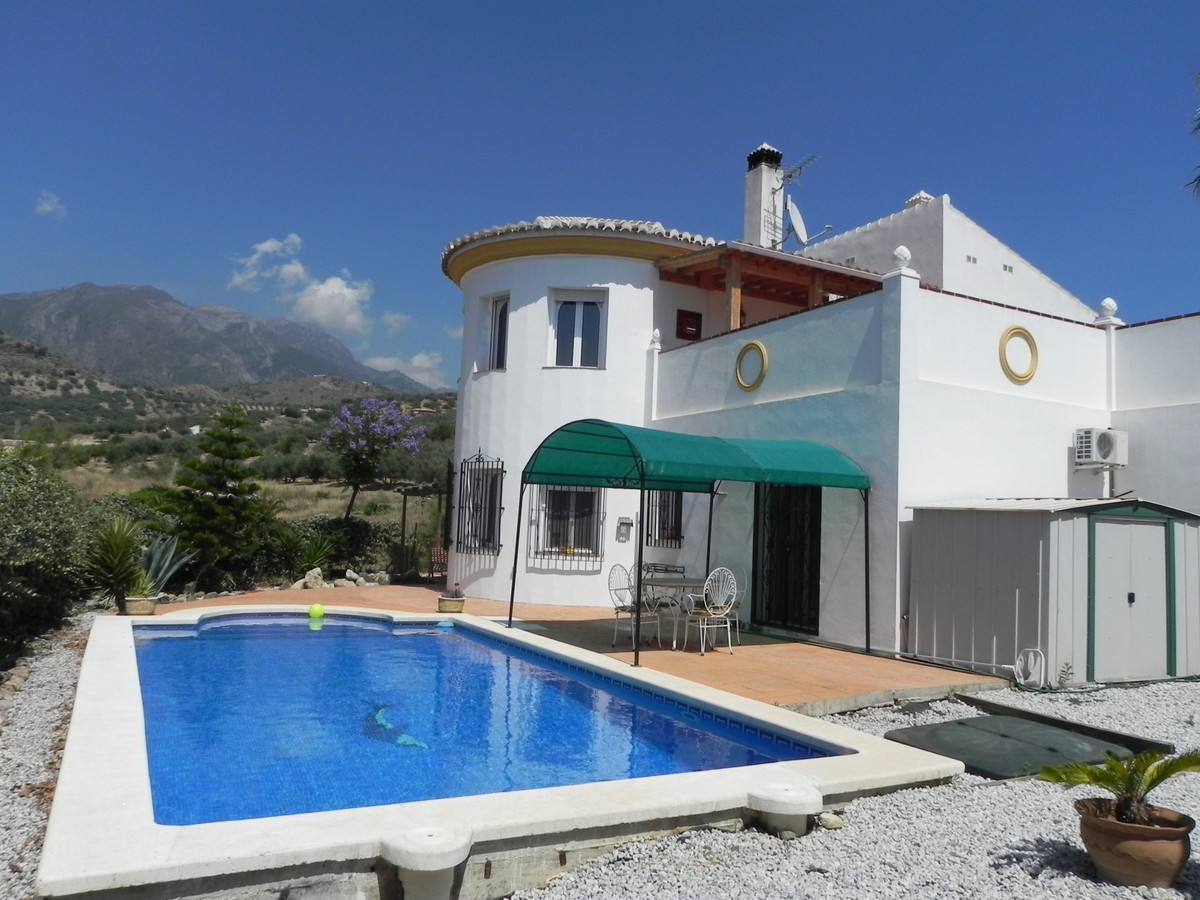 A well presented 3 bed, 2 bath detached villa with fantastic mountain views, close to  Puente don Ma,Spain