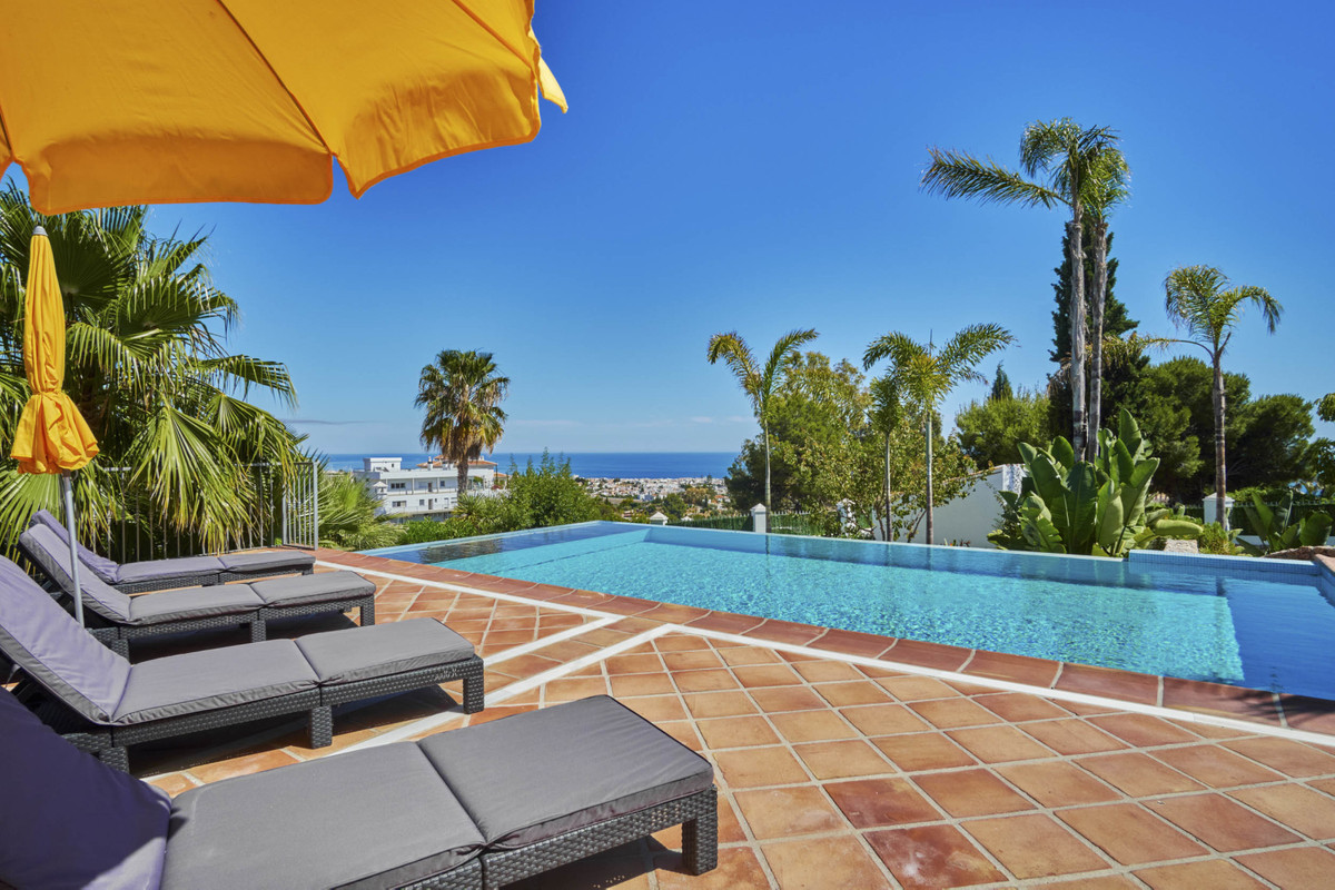 The 383m2 villa on a plot of 1770m2 is located in a quiet residential area of similarly upscale deta,Spain