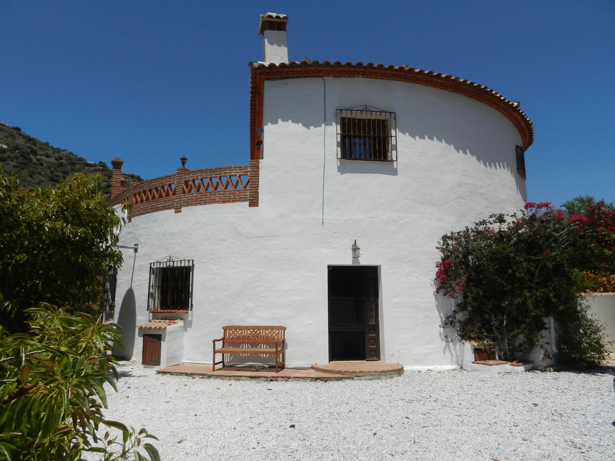 A very spacious 6 bed, 4 bath, uniquely built ´round house´ in the heart of the countryside between  Spain