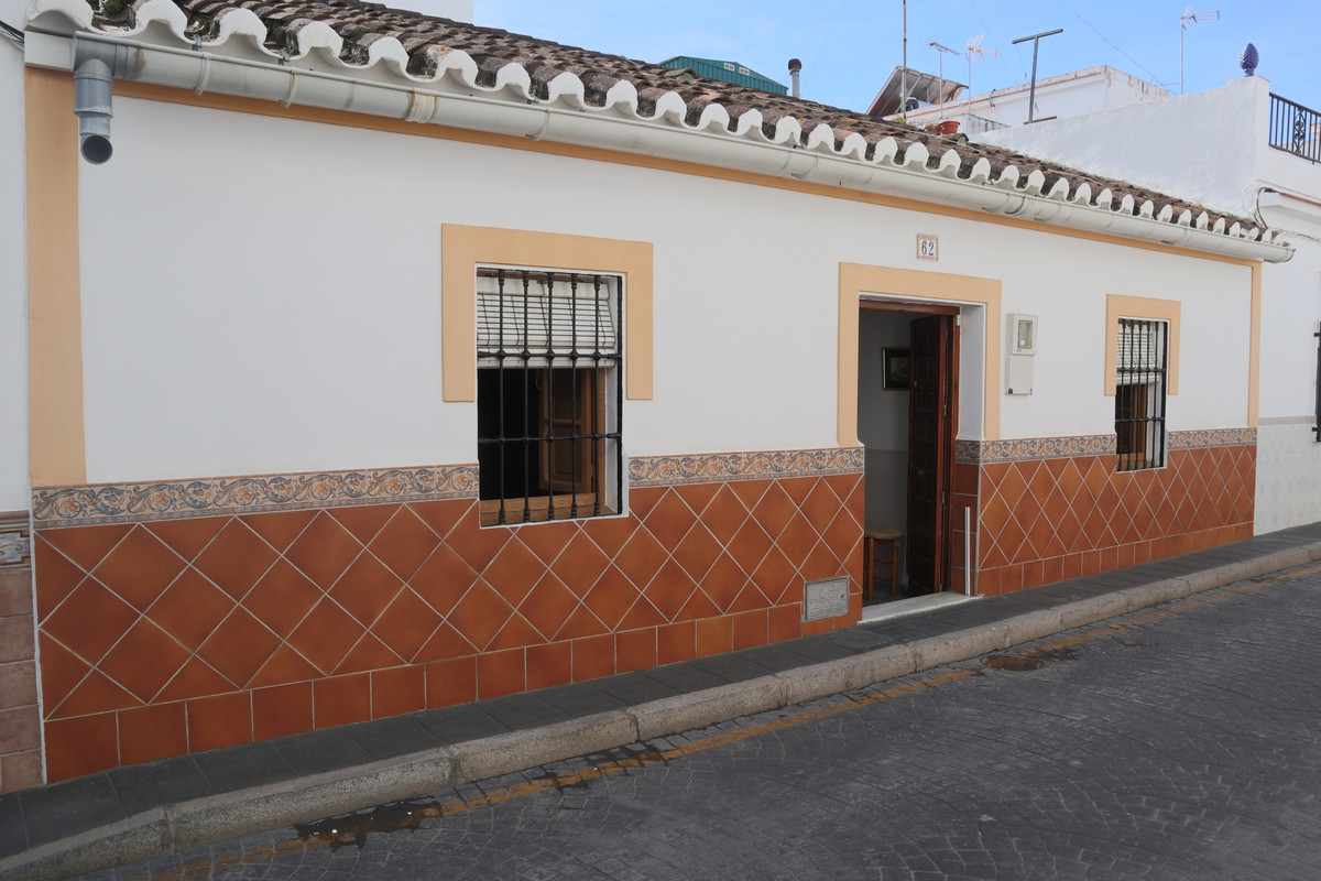 Recently reduced from €388,000.  A spacious town house ideally suited for a refurbishment project in,Spain