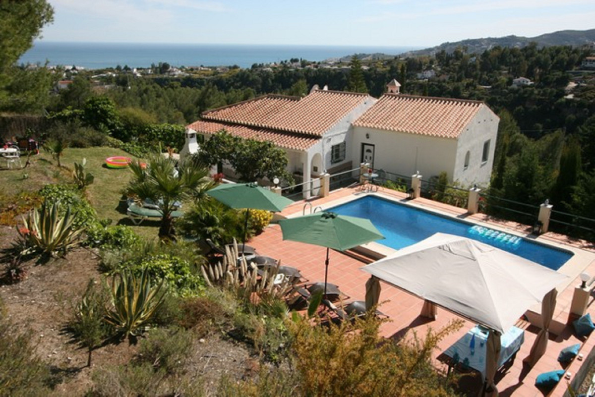 This impressive villa located in an idyllic setting on a plot of 5,600m2 is just 3 km from the centr,Spain