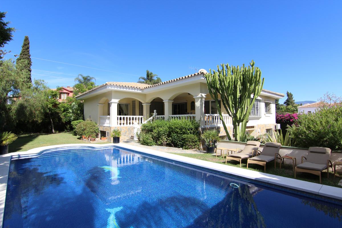 Villa, Independiente  en venta    en Guadalmina Alta