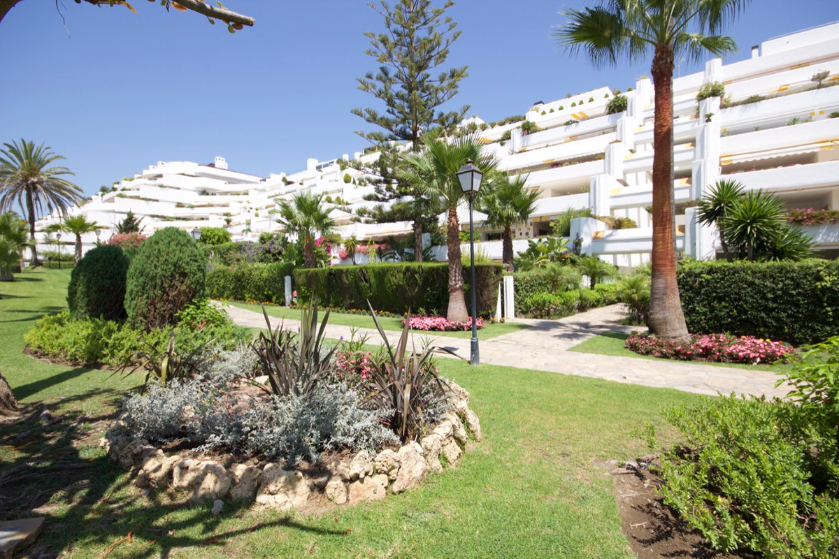 Apartment, Middle Floor  for sale    in Guadalmina Baja