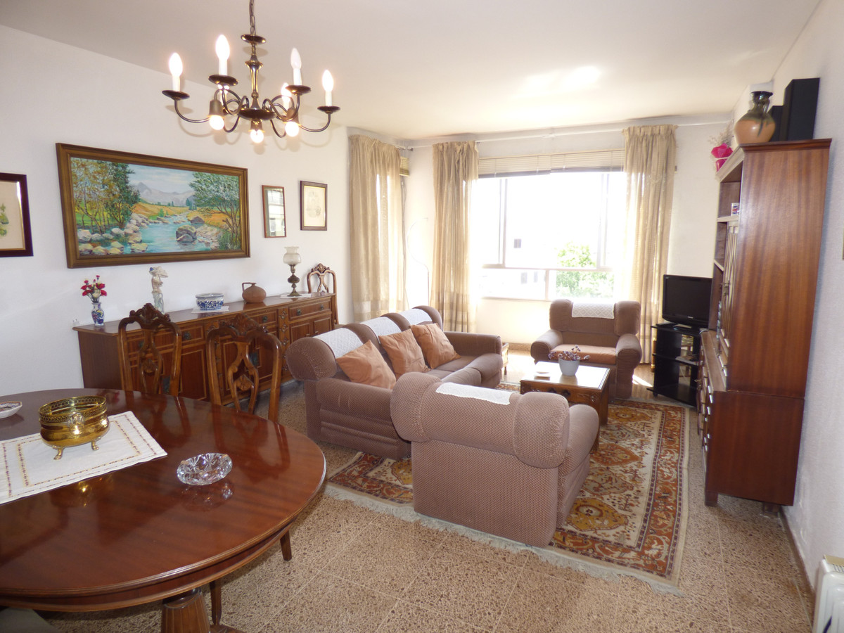 100 m2 apartment in Calle Uetam, next to Mercadona de Calle Aragon and 4 minutes from the Corte Ingl,Spain