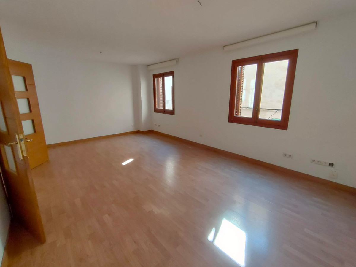 Palma center floor with garage and storage room. Unfurnished apartment for sale in a privileged area,Spain