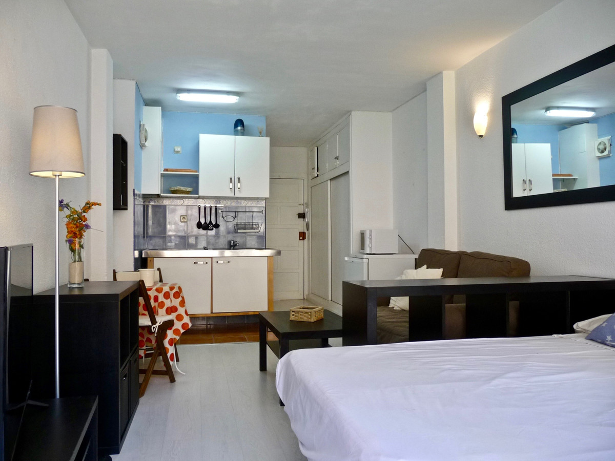 Sunny studio, which is  furnished and equipped, with AA cold and heat; with terrace, and distant par, Spain