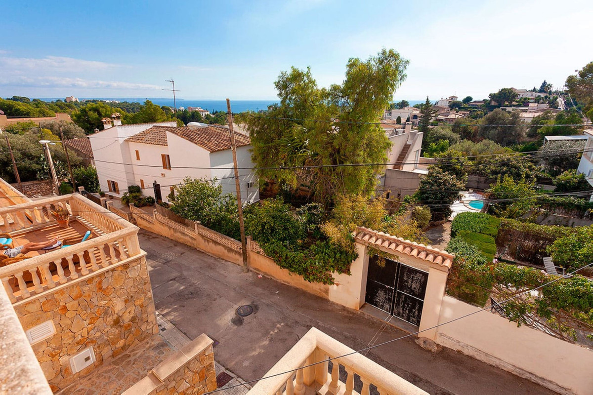 Large open concept townhouse, completely renovated 4 years ago and with sea views from the top floor,Spain