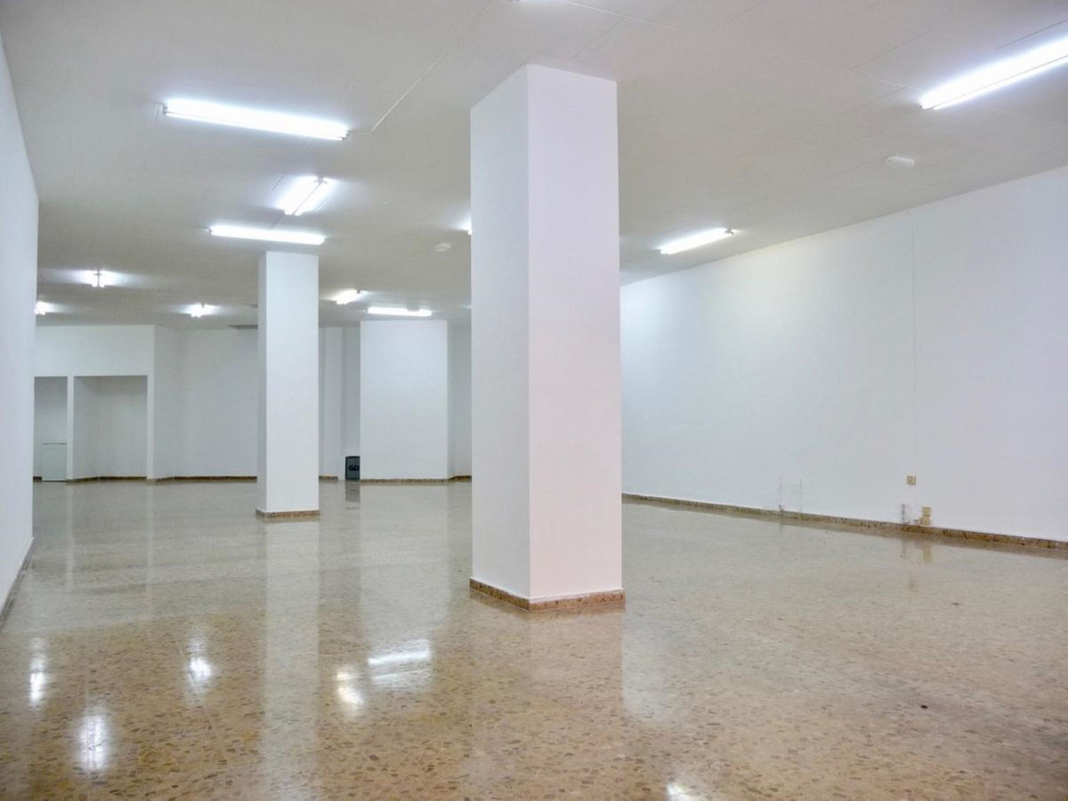 Commercial premises in Medico Jose Darder, Commercial premises of 198 m2 with 9 meters of facade, in,Spain