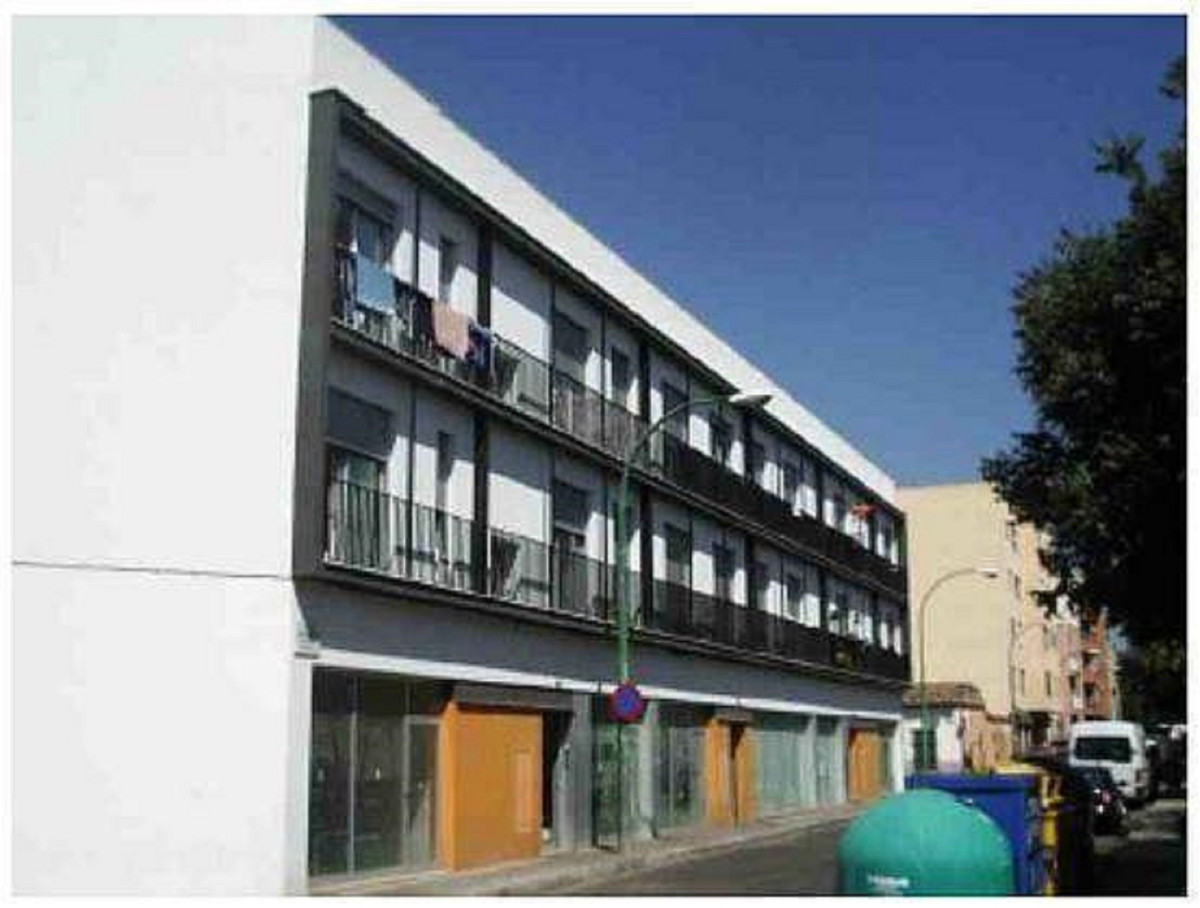Three-storey building composed of 4 commercial premises and 16 homes, without elevator. 8 one-bedroo,Spain