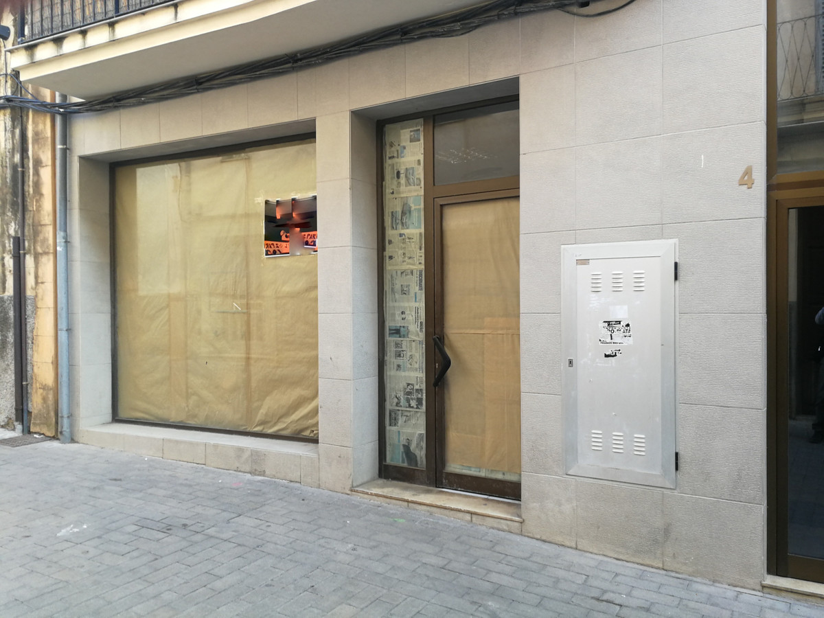 Centric local  in Manacor in pedestrian street with 100 m2 with bathroom and smoke outlet also has t, Spain