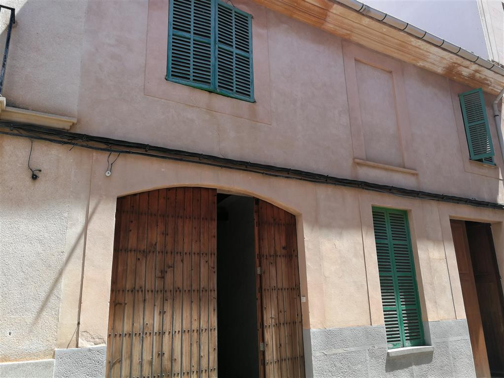 Llucmajor Pueblo, large house of 369 m2 on a plot of 306 m2 with several units, the house consists o, Spain