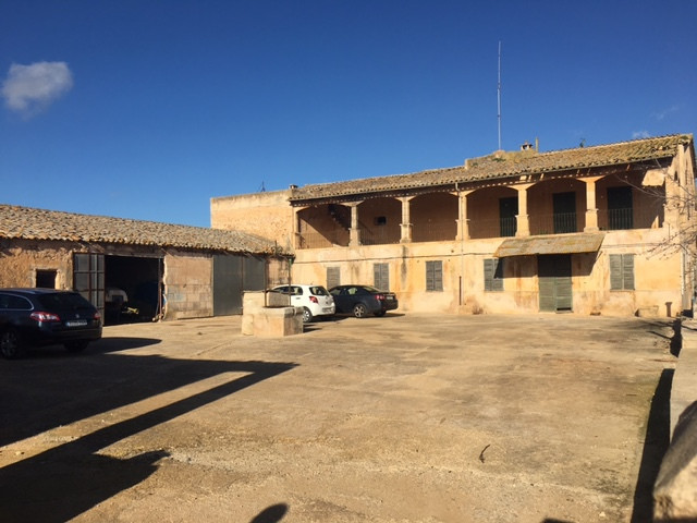 Extension: 200,415 m2 (20 hectares). It has two access entrances. There is electricity of 220 and 38,Spain