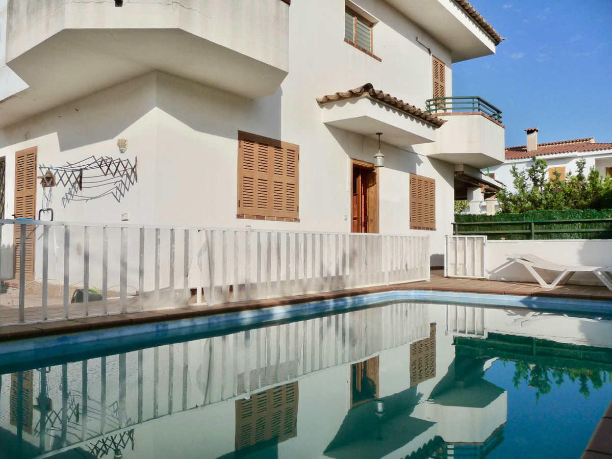 semi-detached house in Pont D`Inca Nou (Marratxi) has a swimming pool, front terrace with porch, rea, Spain