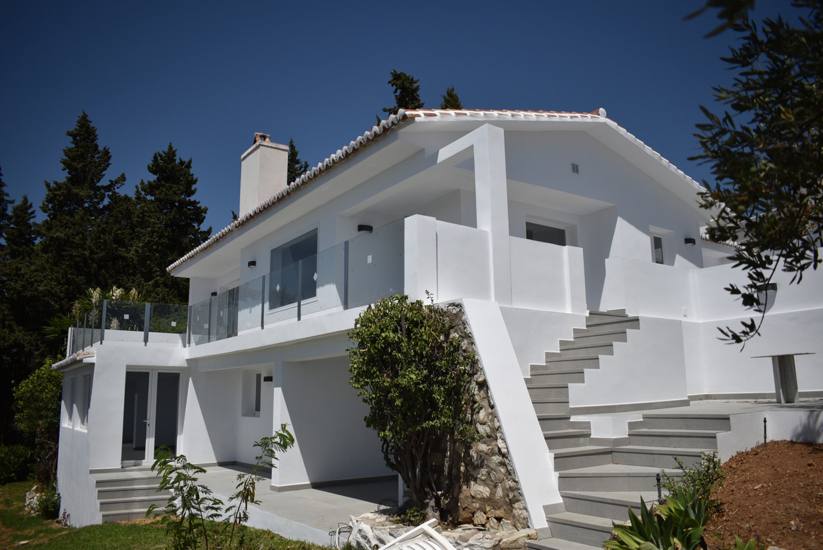 A UNIQUE AND OUTSTANDING OPPORTUNITY. SUPERB VILLA UNDERGOING COMPLETE REFORM LOCATED BETWEEN FUENGI, Spain