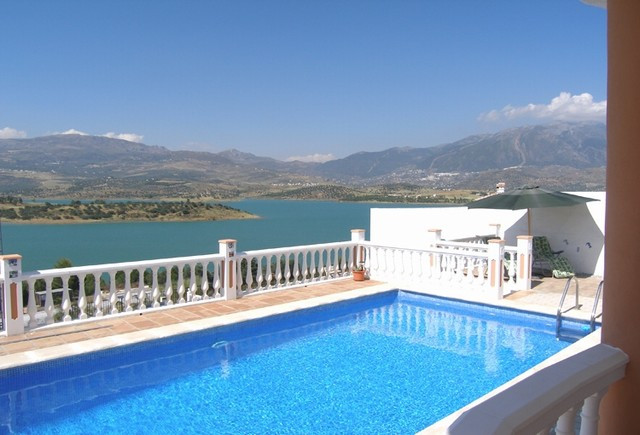 Beautiful villa in immaculate condition set on one level situated in the peaceful location of Lake V,Spain