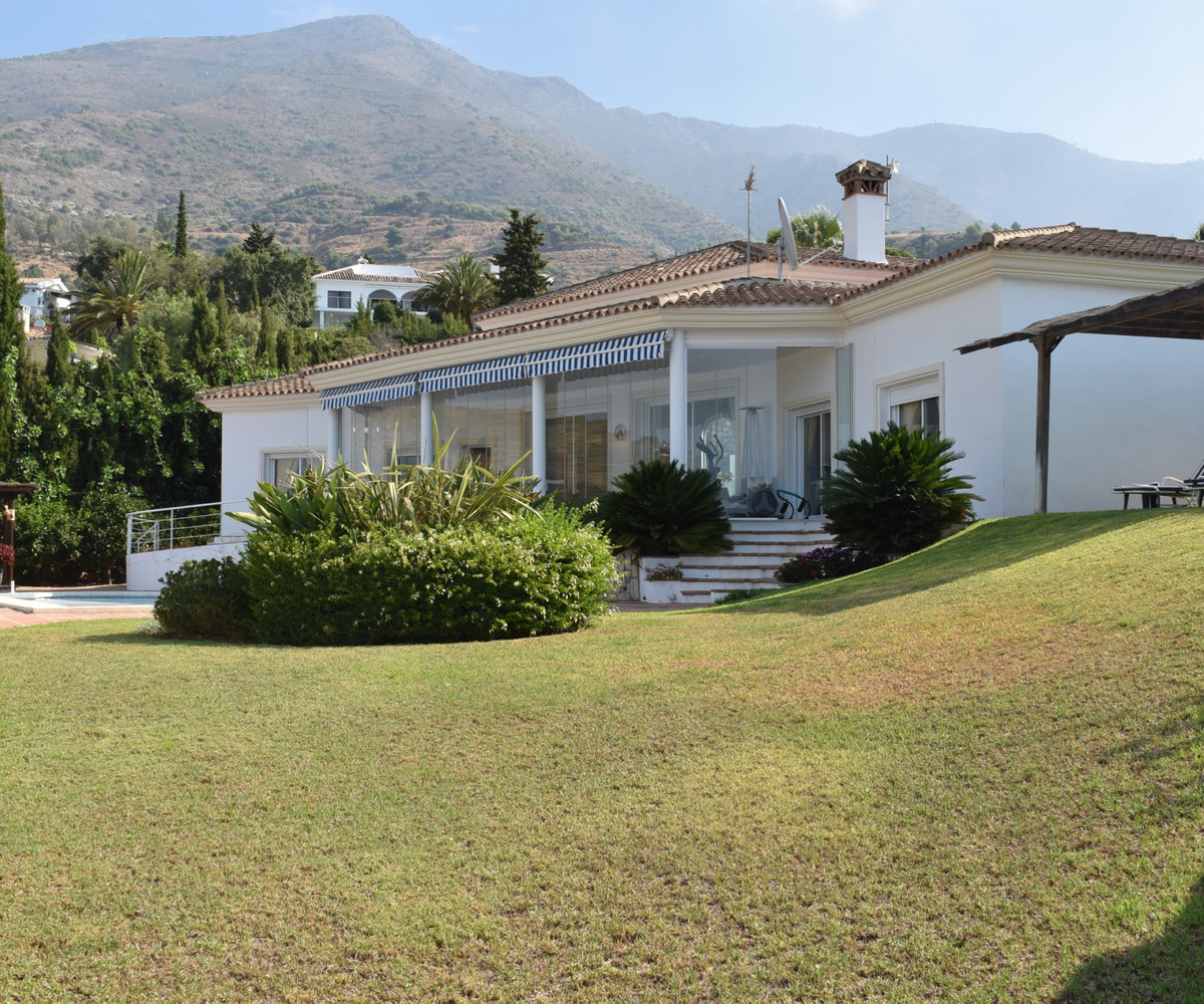 STUNNING, QUALITY BUILT VILLA IN A PEACEFUL AND TRANQUIL SETTING.   South west orientation. Garage p,Spain