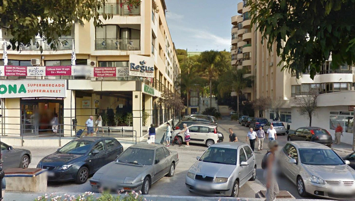 The local is located on the side of the West side of Edificio Horizon on Ricardo Soriano and close t,Spain