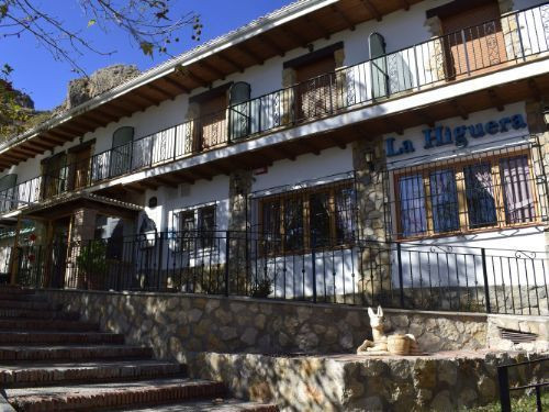Fantastic traditional hotel-restaurant strategically located at 1300 meters high only 16 km from the Spain