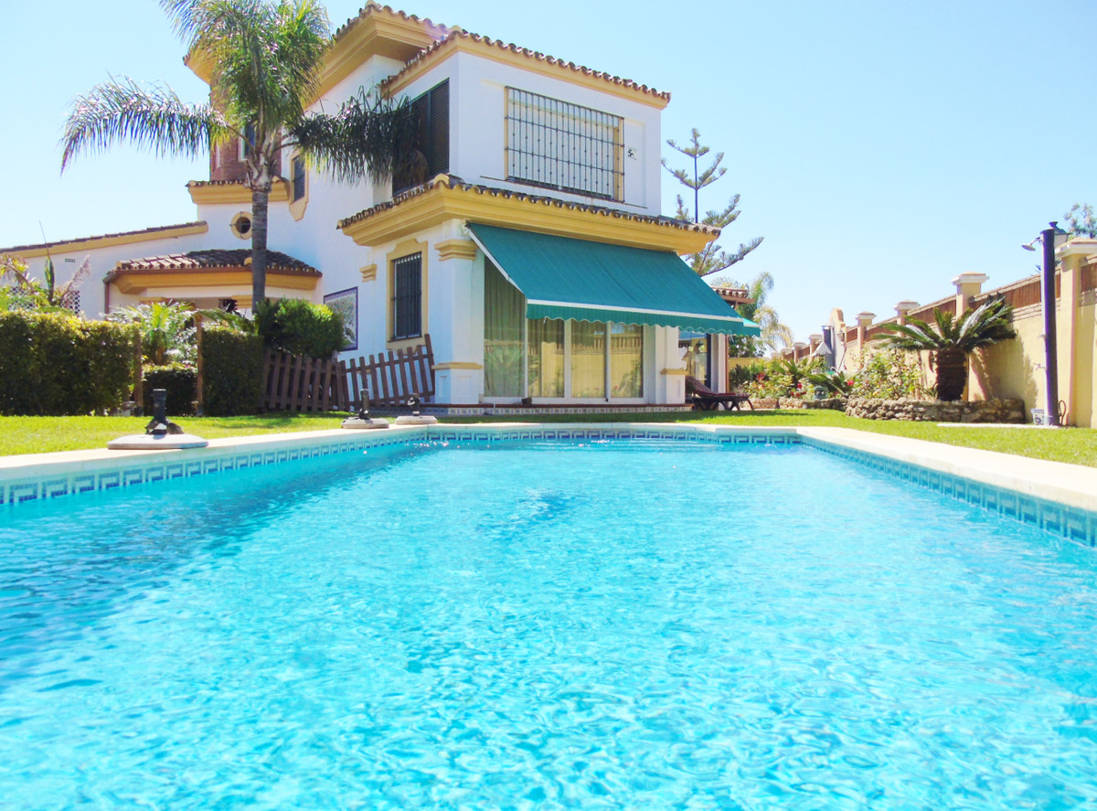 Beautiful villa 600 meters from the beach. It is located in a residential area of great prestige, ju, Spain