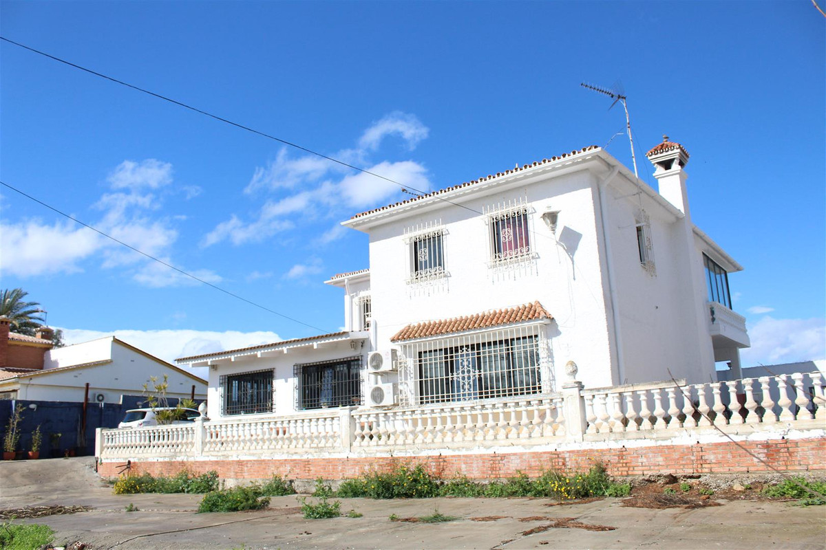 Large Villa located in an area with easy access to mainroads. Close to the airport and Ikea.  This i,Spain
