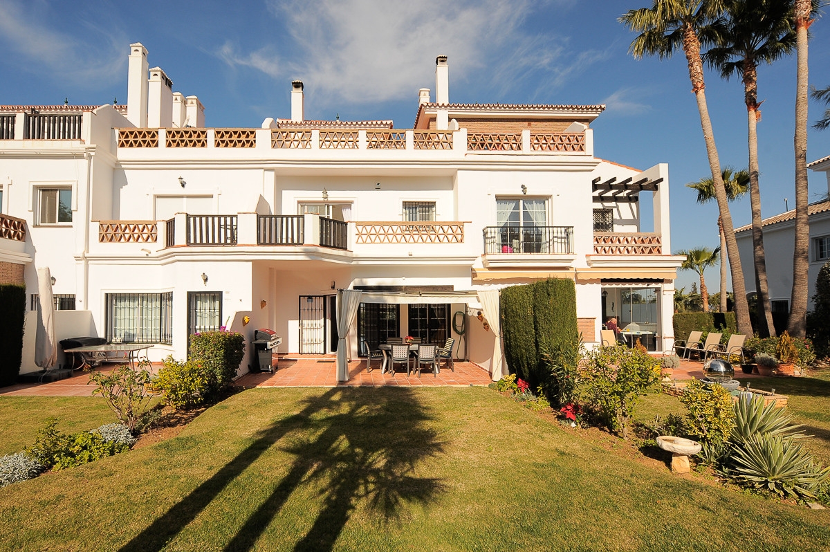 Property located in the much sought after urbanization of Lauro golf, awarded in 2004 for its design,Spain