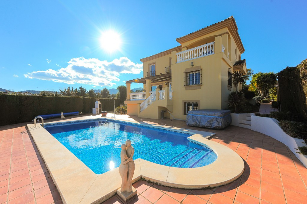 Fantastic villa that we find in the sought after urbanization of Las Delicias in Coin. The property , Spain