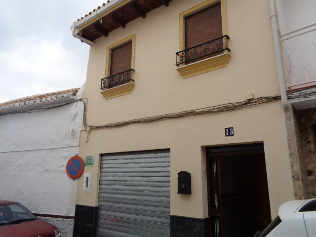 Excellent town house that we found in the center of Alhaurin el Grande. The property is distributed , Spain